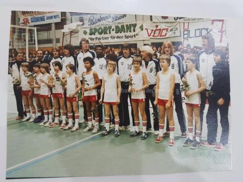 1982: Die Minis gratulieren der Ersten zum Aufstieg in die Oberliga